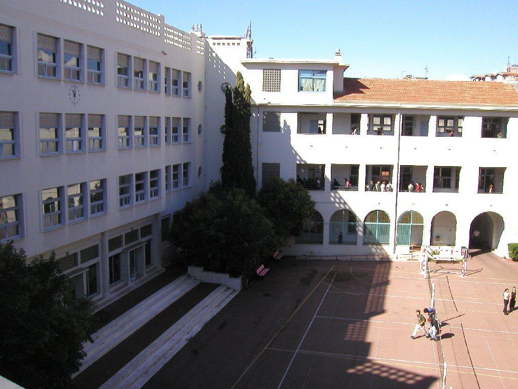 La cour du lycée 1