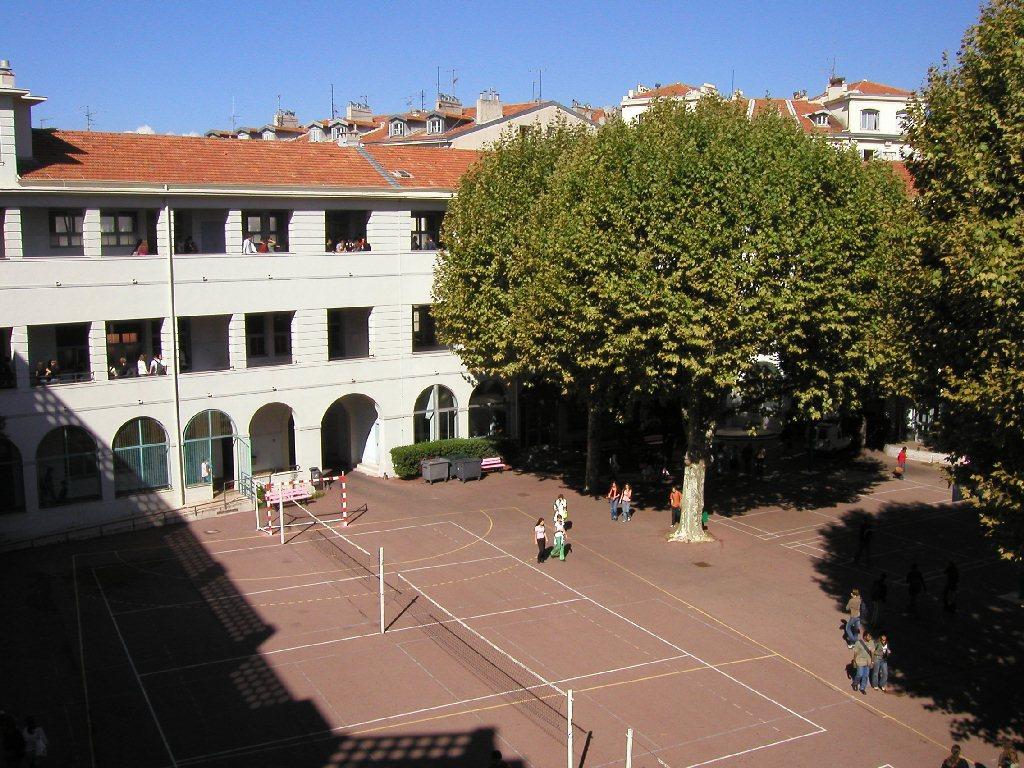 La cour du lycée 2
