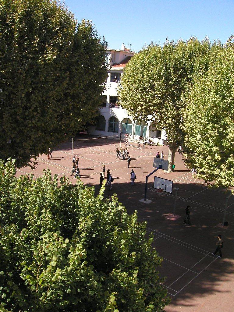 La cour du lycée 4