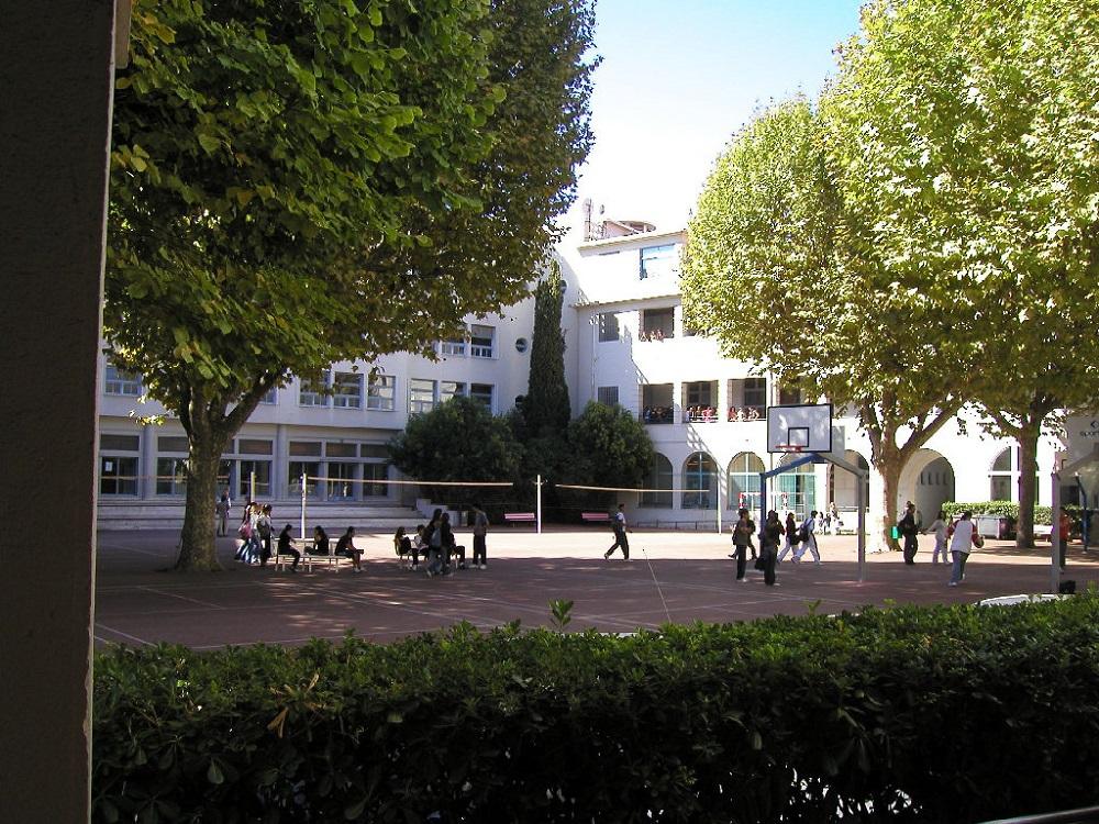 La cour du lycée 5